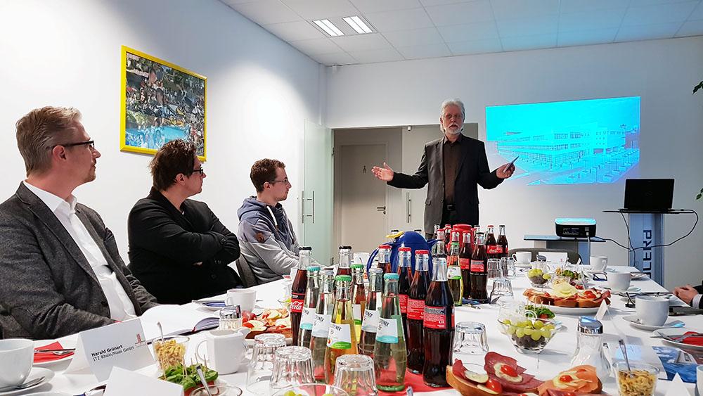 ITZ Geschäftsführer Harald Grünert begrüßt die Besucher des ITZ Business-Frühstücks zum Thema Passwort Management in Unternehmen.