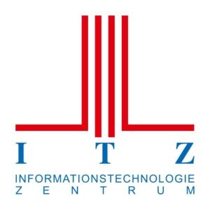 ITZ Logo auf weißem Hintergrund mit vier roten senkrechten Streifen, davon gehen die beiden äußeren nach rechts und links weg. Darunter steht in Blau ITZ und darautner ebenfalls in blau Informationstechnologie Zentrum.