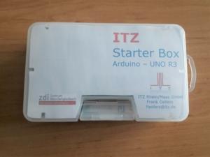 Rechteckiger Plastikkasten mit einer Arduino Starter Box für das praxisorientierte ITZ Schulprojekt