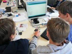 Schüler der Marienschule vor einem Bildschirm beim Arduino Schüler-Workshop.