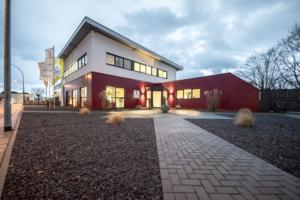 Firmengebäude ITZ Rhein/Maas GmbH in der Dämmerung