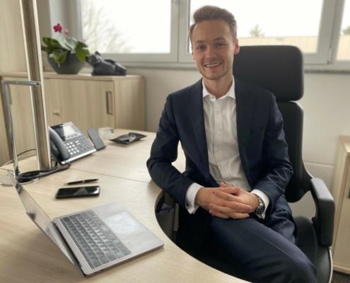 ITZ Geschäftsführer Jonas Hübner am Schreibtisch in seinem Büro