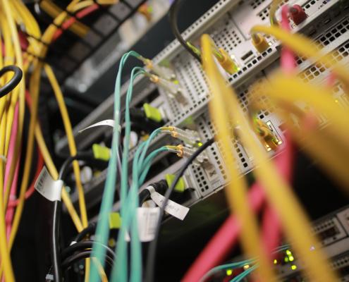 Verschiedenfarbige Kabel im Inneren des Serverschrankes